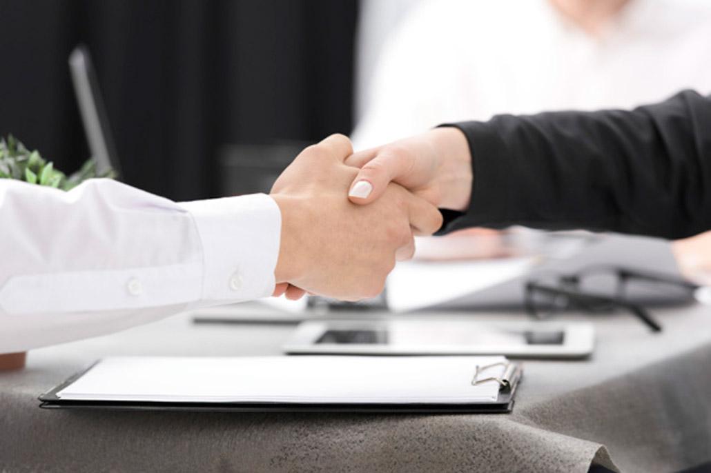 due-uomini-d-affari-si-stringono-la-mano-a-vicenda-negli-appunti-sulla-scrivania_23-2148073316